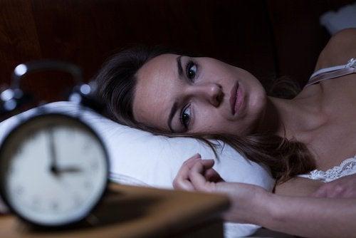 Yatağında uykusuz uyanık kadın