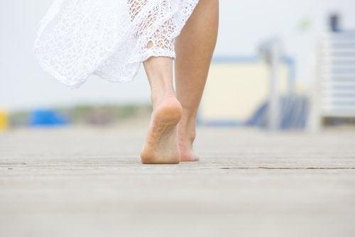yürüyen kadının ayakları