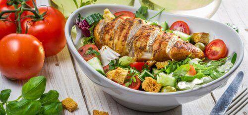 Bir tabak tavuklu salata