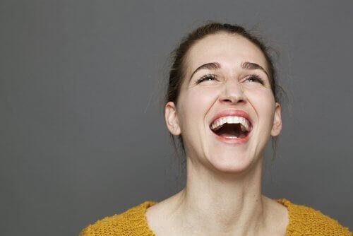 kahkaha atan kadın