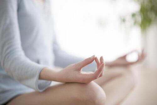 karar verirken yoga yapan kadın