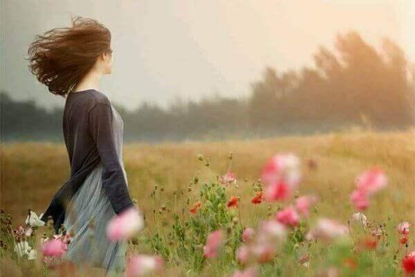 çiçekler içinde kadın