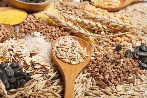tahta kaşıkta tahıllar
