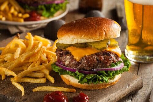 hamburger ve patates kızartması