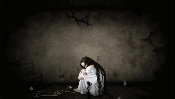 karanlık odada beyaz kız