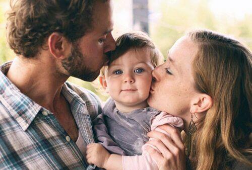 aile ve çocuk öpücük