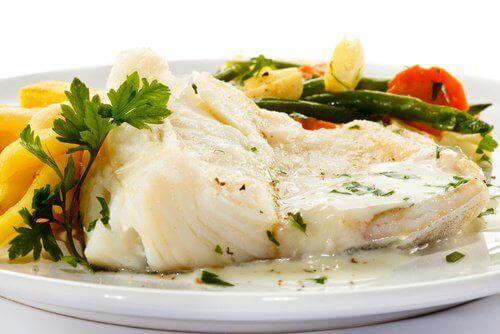 bir tabakta servis edilmiş balık