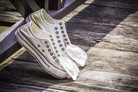 demire dayanmış ayakkabı