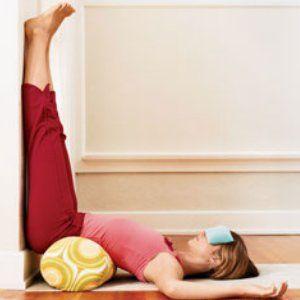 bacaklarını duvara uzatan kadın