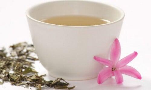 fincan içinde beyaz çay