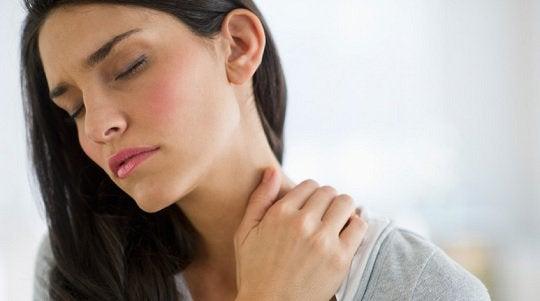 boynu ağrıyan kadın