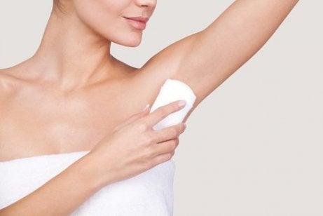 deodorant kullanan kadın