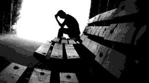 bankta oturan üzgün insan