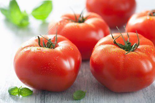 cildinizi temizlemek için domates maskesi
