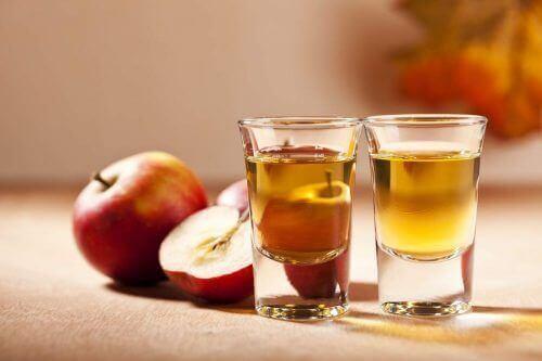 shot bardaklarında elma sirkesi