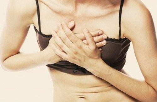 göğüs ağrısı yaşayan kadın