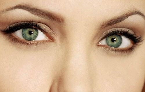güzel gözleri olan kadın