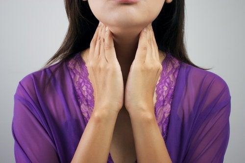 Boğazına dokunan kadın