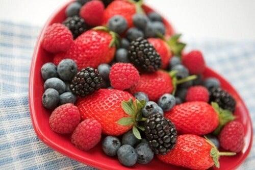 kırmızı karışık meyveler