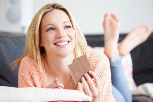 çikolata yiyen mutlu kadın