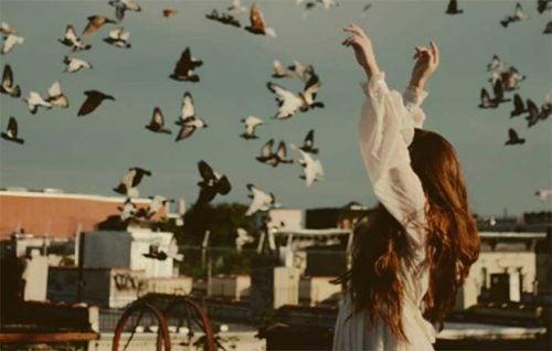 kadın ve kuşlar çatıda
