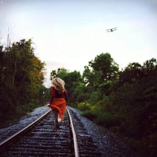 tren raylarında koşarak uçak kovalamak