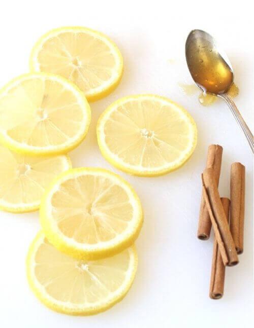 limon dilimleri ve tarçın kabukları