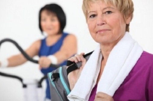 spor yapan yaşlı kadın