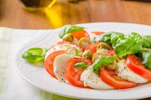 mozarella ve domatesli salata