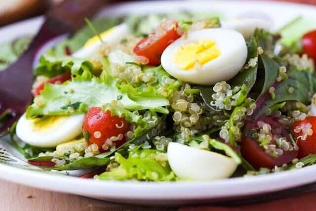 marul ve yumurtalı salata