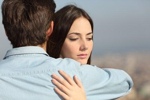 Birbirine sarılan kadın ve adam