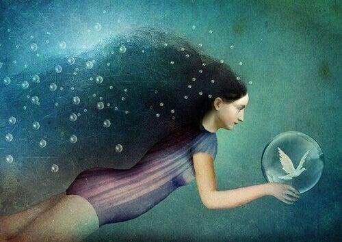 suda yüzen kadın
