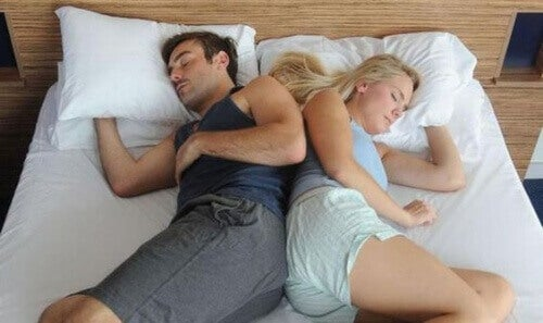 sırt sırta uyku pozisyonu