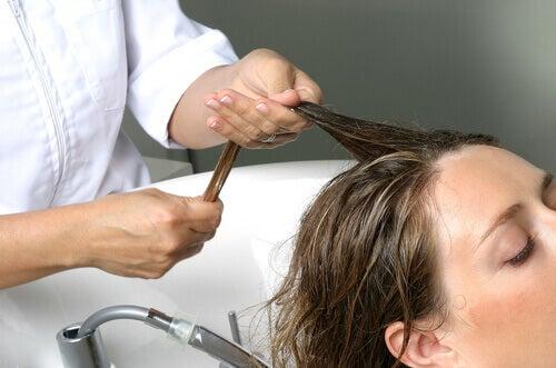 saçını yıkatan kadın