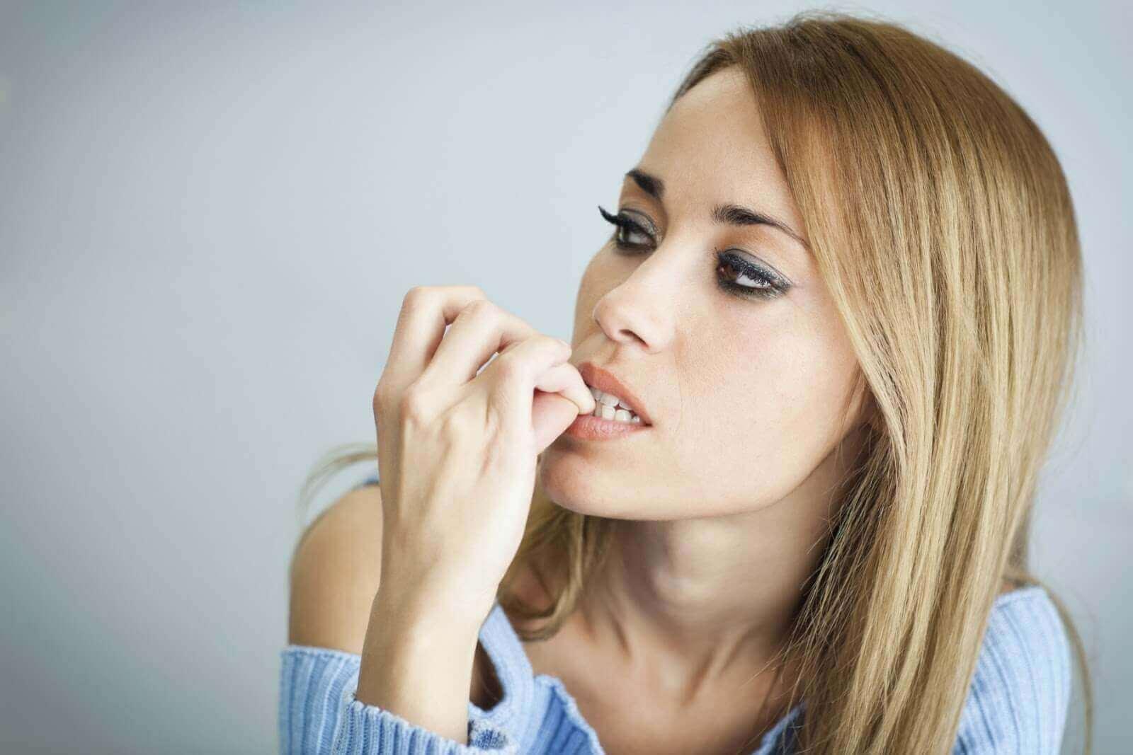 stresli tırnak yiyen kadın
