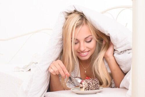 yatakta yemek yiyen kadın