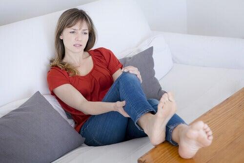bacağına kramp giren kadın