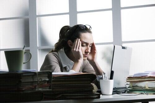 ofiste başı ağrıyan kadın