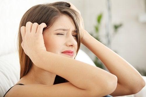 trigeminal nevralji sebebiyle başı ağrıyan kadın