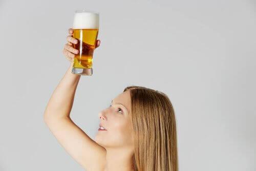 bir bardak bira tutan kadın