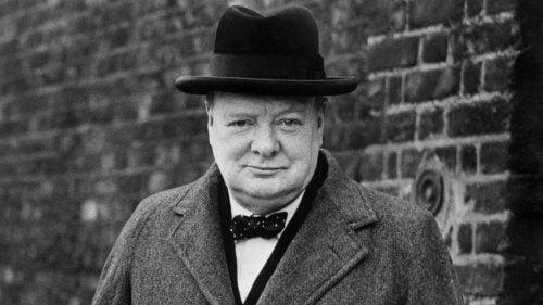 başarılı insan Winston Churchill kameraya bakıyor