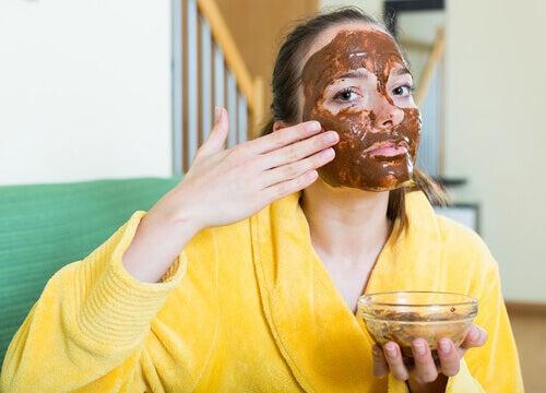 maske yapan kadın