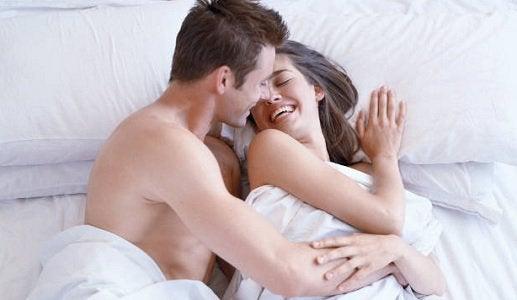 yatakta sarılan çift