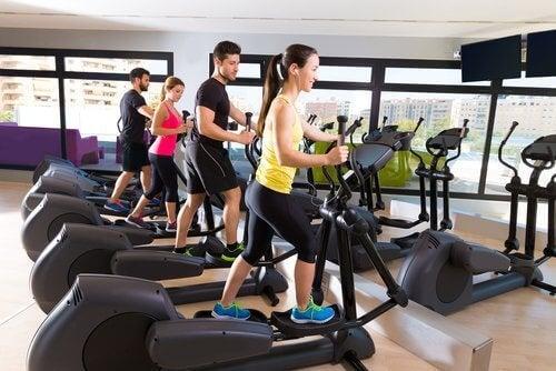 spor salonunda egzersiz yapan insanlar