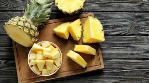 bir kase dilimlenmiş ananas