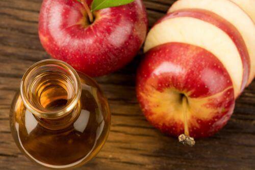 elma sirkesi ve dilimlenmiş elma