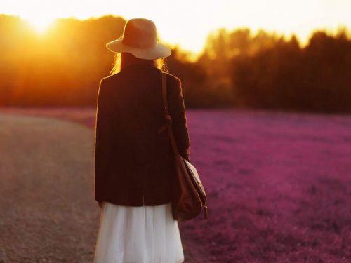 güneşin doğuşunu izleyen kadın