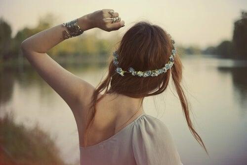 kız güzel renkli nehir kenarında duruyor