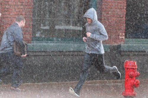 yağmurda koşan adam