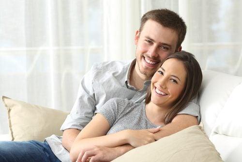 sarılan çift gülümsüyor